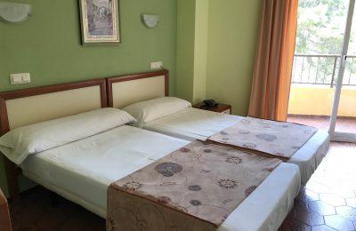 Habitación con dos camas cullera